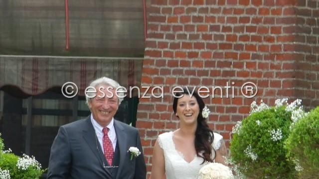La gioia e il sorriso del papà e della sposa durante il loro ingresso