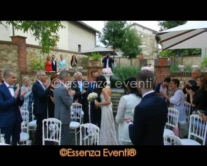 E dopo l'entrata la sposa da un affettuoso bacio al papà che l'ha accompagnata