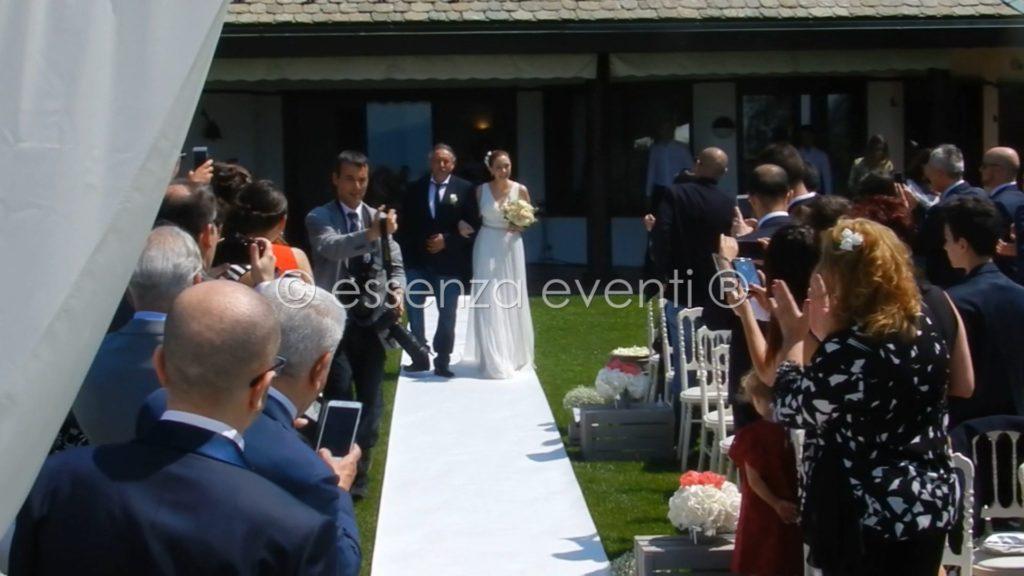Tutti in piedi ad accogliere l'entrata della sposa