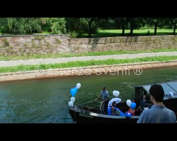 Ecco la sposa che fa la sua entrata arrivando in barca