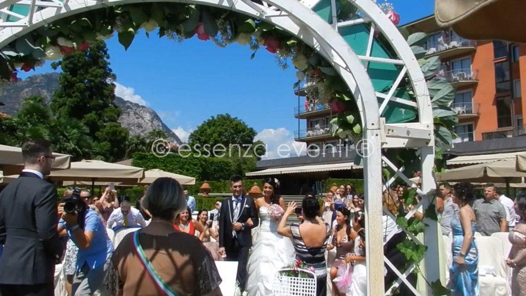 Emozione intensa della sposa nel percorrere la navata nel fare il suo ingresso