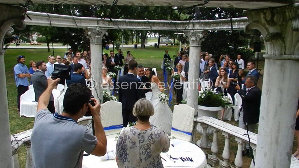 Momento di gioia dopo il suo arrivo la sposa da un bacio al suo accompagnatore il papà!